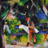 Mann lesend in einem Park